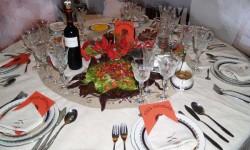 Mesa decorada para celebrar la cena de Nochebuena