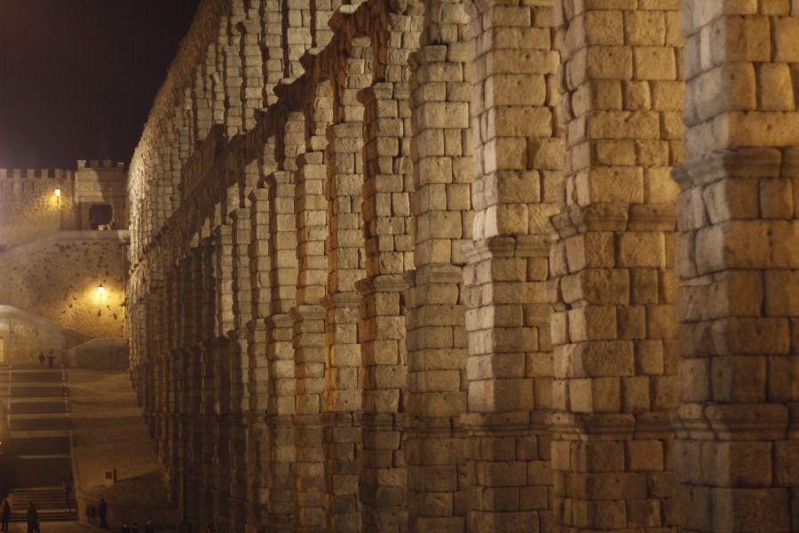 El Acueducto, de noche